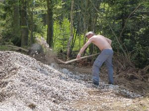Schaufelarbeiten am Hüttenbauplatz